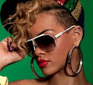 Rihanna porte des lunettes de soleil Carrera Endurance T